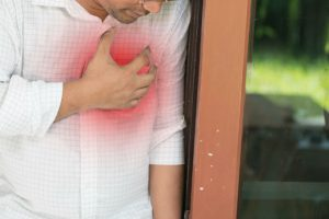 يتعرض كثير من الناس إلى الإحساس بألم في الصدر، ولا يدرون ما هو السبب، وهل  حالتهم خطيرة أم أنها مجرد عارض مرضي سيمر بأمان من دون أن يترك وراءه ...
